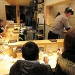 焼きあご塩らー麺 たかはし - 店内、コの字カウンター