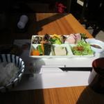 いけだ - 料理写真:暫く待つと御膳のメインのお皿やご飯などが運ばれてきました。