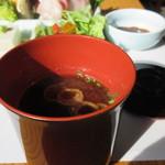 いけだ - 汁椀は赤だし味噌汁、味噌汁とご飯はお替りが出来ますよ。