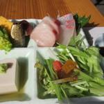 いけだ - 残りの2つはサラダと刺身、刺身はとても新鮮でご飯が進みました。