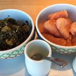 やまや - 定食につく無料の辛子高菜炒めと辛子明太子。お代わり可能なので、これだけで昼飯が十分食べられるよ。