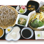 そば処アルプス - 里山セット 1,950円/ そば処アルプス自慢の「大もり二種だれ」に、里山の恵みを楽しめる「野菜天ぷら」と「小鉢三品」をつけた、早川の食の豊かさを堪能できるセット。