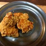 ファームトゥテーブル - 極鶏とは、揚げ衣に醤油ベースで味を付けています。
