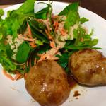 ファームトゥテーブル - 金時豚のハンバーグ♡ 鳴門金時を餌として育てた豚さん♪   フレッシュなサラダも美味しい♡