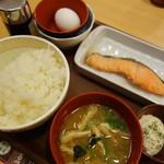 すき家 - 鮭朝定玉子かけご飯(\390税込み)