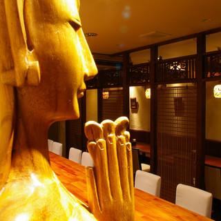 バリの仏像が店内をやさしく見守る。
