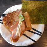 麺処 ほん田 niji - ロース肉の炭焼き、スモーク吊し焼きバラ肉、海苔、極太メンマ
