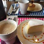 北蔵カフェ ひがの   - 手前 カフェオレとチーズケーキ、奥 コーヒーとパンケーキ