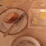 デ アドミラル - 手前のバターはホテルオリジナルの海草入りバター