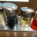 横浜らーめん 壱八家 - ラー油、お酢、餃子のタレ、胡麻