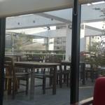 CAFE&BAR ひとこぶらくだ - 外のテラス席
