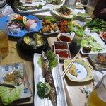 韓国家庭料理 大久保刺身 ジュンイネ - お任せ料理のテーブル