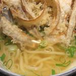 うどん和助 天神店 - ごぼ天は、パリパリのままかじるのも良し、つゆに浸して崩しながら食べるのも良し。
