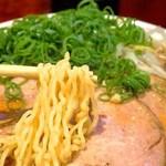 八喜屋 - 黄色い縮れ麺は、あっさりスープをよく絡めとって、美味しさを増しています。