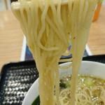創彩麺家 野の実 - 煮玉子醤油らぁ麺    麺  リフト