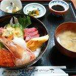 ひで丸 - 【海鮮丼】味噌汁・小鉢付き1300円