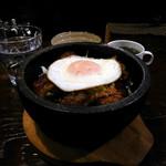 キャビン - 石焼きロコモコ丼(¥850)。石焼カレーにくらべればちょろい(猫舌の意見として)。火傷せずに美味しくいただけました。(^^♪