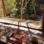 ゆば亭 ますだや - 庭園を望むカウンター席