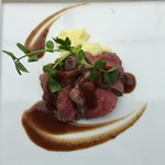 60907106 - ローストビーフ、ガーリック風味のグレービーソース ポテトピューレ