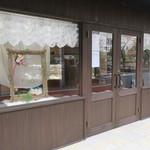 ラトリエ モトゾー - 目黒川沿いの角を少し入ったガラス張りの綺麗な店2