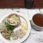 エムズ テーブル - サラダバーとミネストローネ