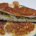 BAKERY&CAFE  Green Grass - 中に自家製のカレーとチーズを詰めたリピーターにも人気のパンです。