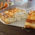 ビストロ ダイア - パイの中にはスズキ、オマールにホタテのムースが入ってます。シャロンソースで・・・