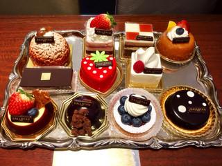 ダロワイヨ 自由ヶ丘本店 - こちらの見本から選択。初めはこちらですが随時追加で新しいケーキ増えました