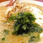 麺場 田所商店 - 伊勢味噌ラーメンは、もやし、炒めた玉ねぎ、アオサが乗ったシンプルなラーメンで