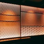 バー カヴァロ - なんともいい感じのバックバーで素晴らしい細工をされた引き戸がいい雰囲気を醸し出しています。これ凄い造り!!