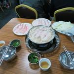 長白小館 - 肉2皿とキャベツ&春雨もセットです