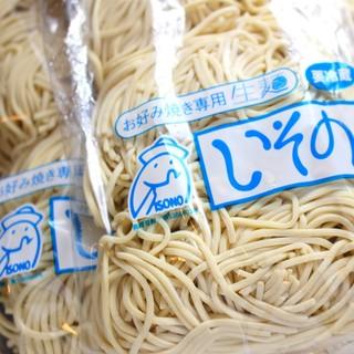 そばは生麺を使用。魚粉は本節粉(100%国産鰹節)