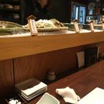 二毛作 - カウンターには大鉢に入れられた旨そうな料理が並んでいて悩みまくりです〜σ(^_^;)