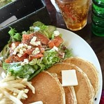 60949537 - サーモンとクリームチーズのサラダパンケーキランチ850円