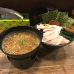 麺屋時茂 - 料理写真:麺をあつもりにすれば良かったかな。 今日も結構寒い。 鉄鍋が固形燃料で炙られていて、スープが冷めない仕様なのが、こうゆう日は特にありがたい。