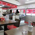 元祖赤のれん雄ちゃんラーメン - 新しいお店ではありますが、 昔ながらのラーメン食堂のような内装と活気が親しめます。