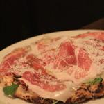 ピッツエリア ファッブリカ1090 - いつもの 生ハムとルッコラのピザ