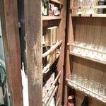 南部鉄酒場 豚バルBYO - トイレのドアがワインラックです。