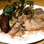 南部鉄酒場 豚バルBYO - お肉の贅沢プレートを位置を変えて撮影。