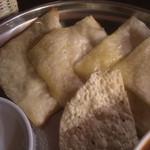 ノルジャハン - チーズナンとパパドのアップ。ジューシーなチーズナン