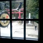 60979605 - 窓の外には弥彦神社の正面口