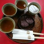 赤福 - 温かいほうじ茶は人数分いただけるのだ!