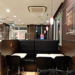 マクドナルド 徳山店 - 店内入口近くのテーブル席