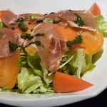 ステーキ アイ - スモークサーモンと生ハムのサラダ