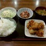 あんしん食堂 晴れの日 - 料理写真:唐揚げ(キャベツの千切り付)、ヒイカの照り焼き、めし(大)、みそ汁 合計570円