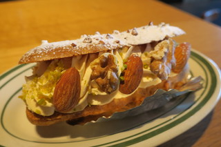レック コーヒー 博多マルイ店 - キャラメルナッツのエクレア1