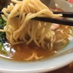 横浜家系らーめん三元 琴似店 - 麺は、3口目辺りからかなり口に馴染んで感じました。チャーシューは程よい食感でクセも無く美味いです。