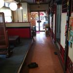 福龍 - 店内の奥から 入り口をパシャ 平日の11時50分です