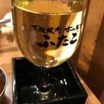 大阪焼肉・ホルモンふたご - はみ出るワイン(白)580円 少し飲みました