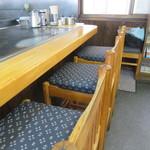 焼助 - 鉄板前のカウンター席